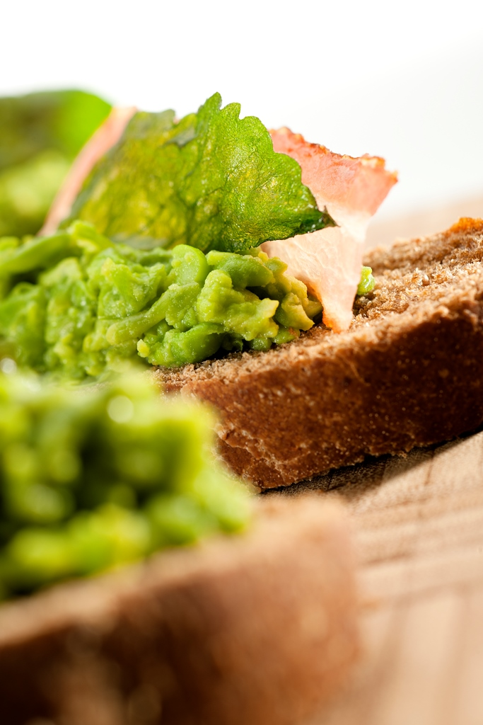 Pan crocante con puré de arveja
