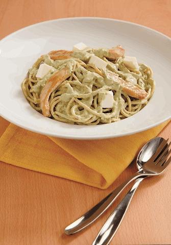 Spaguetti con pollo y salsa verde cremosa