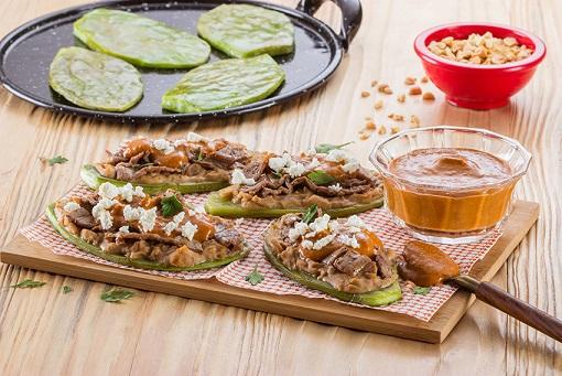 Huaraches de nopal con salsa de cacahuate ligera