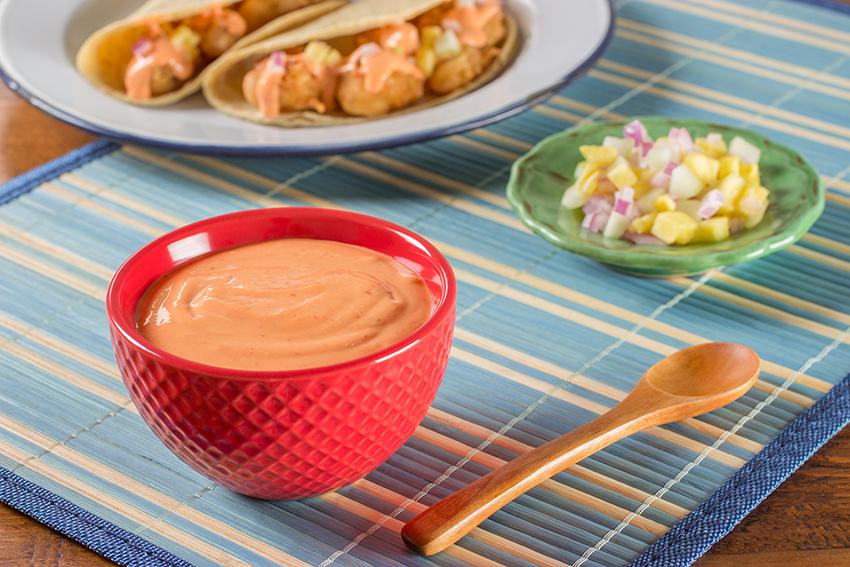 Salsa rosa con tacos de pescado rebozados