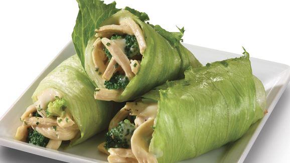 Tacos de lechuga con pollo y brócoli