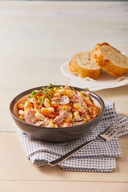 Pasta fría con atún y col