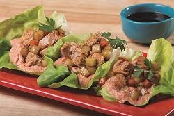 Tacos de lechuga con atún y salsa roja