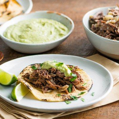 Tacos de Res en Cocción Lenta con Salsa Cremosa de Chile Poblano