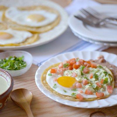 Huevos Rancheros con Salsa Picante de Queso Fresco