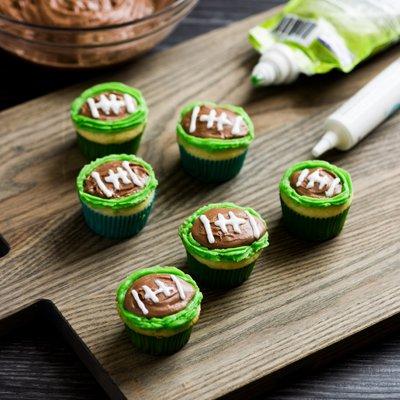 Cupcakes de Futbol Americano Rellenos de Dulce de Leche