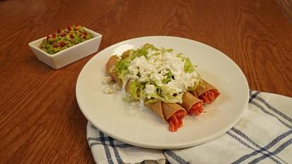Tacos dorados con tinga de pollo