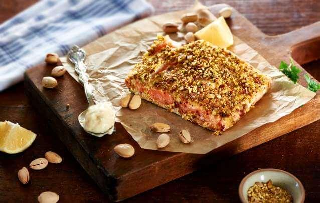 Łosoś pieczony z pistacjami i majonezem
