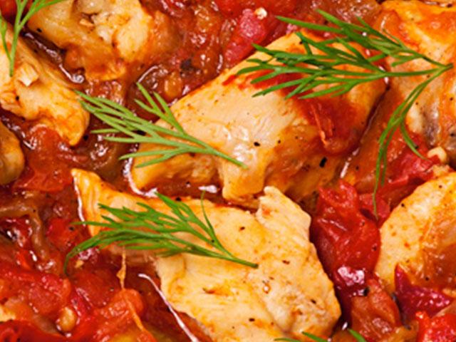 Filete de pollo con tomate y finas hierbas