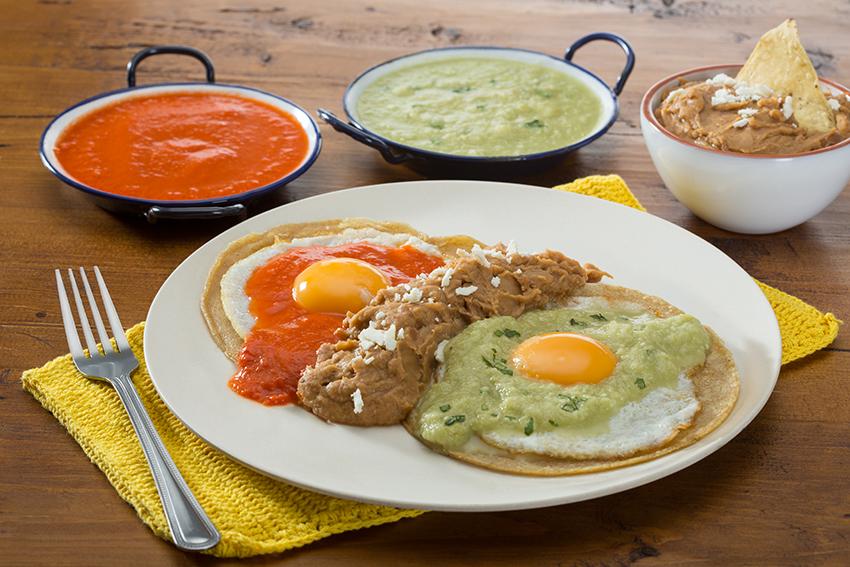 Huevos estrellados con salsas divorciadas