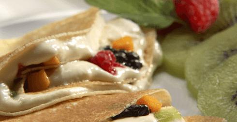 Crepas rellenas con salsa y frutas