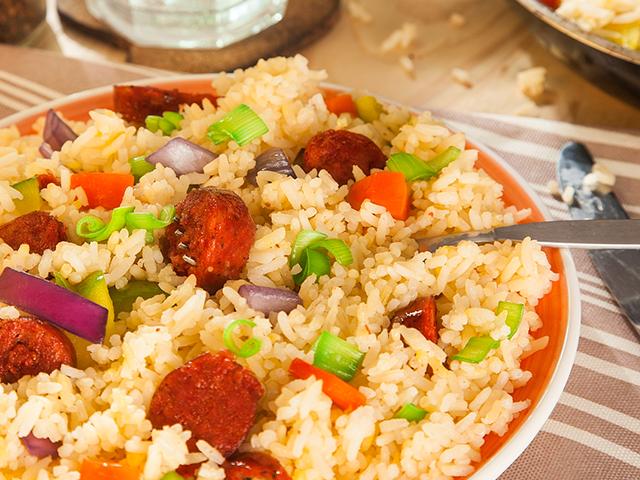 Arroz con chorizo y vegetales