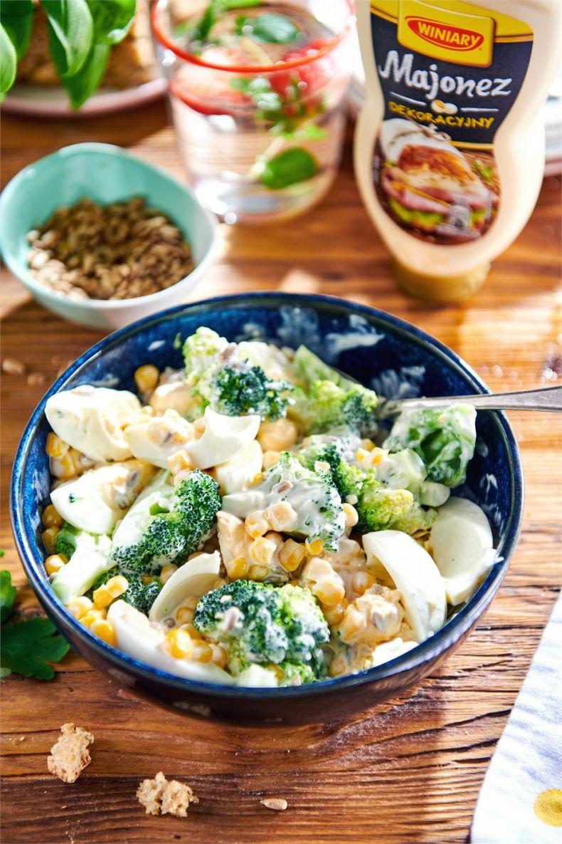 Sałatka z brokuła, jajek i kukurydzy