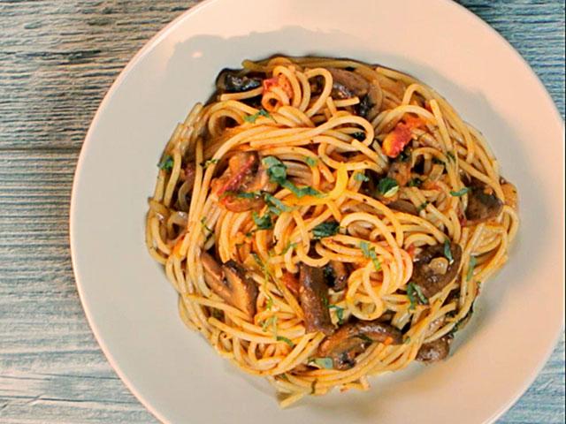 Espaguetis Salteados con Tomates, Hongos y Albahaca