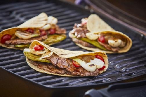 Tacos de carne asada con salsa de piña