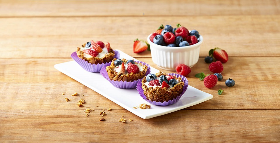 Canastas de granola y frutos rojos
