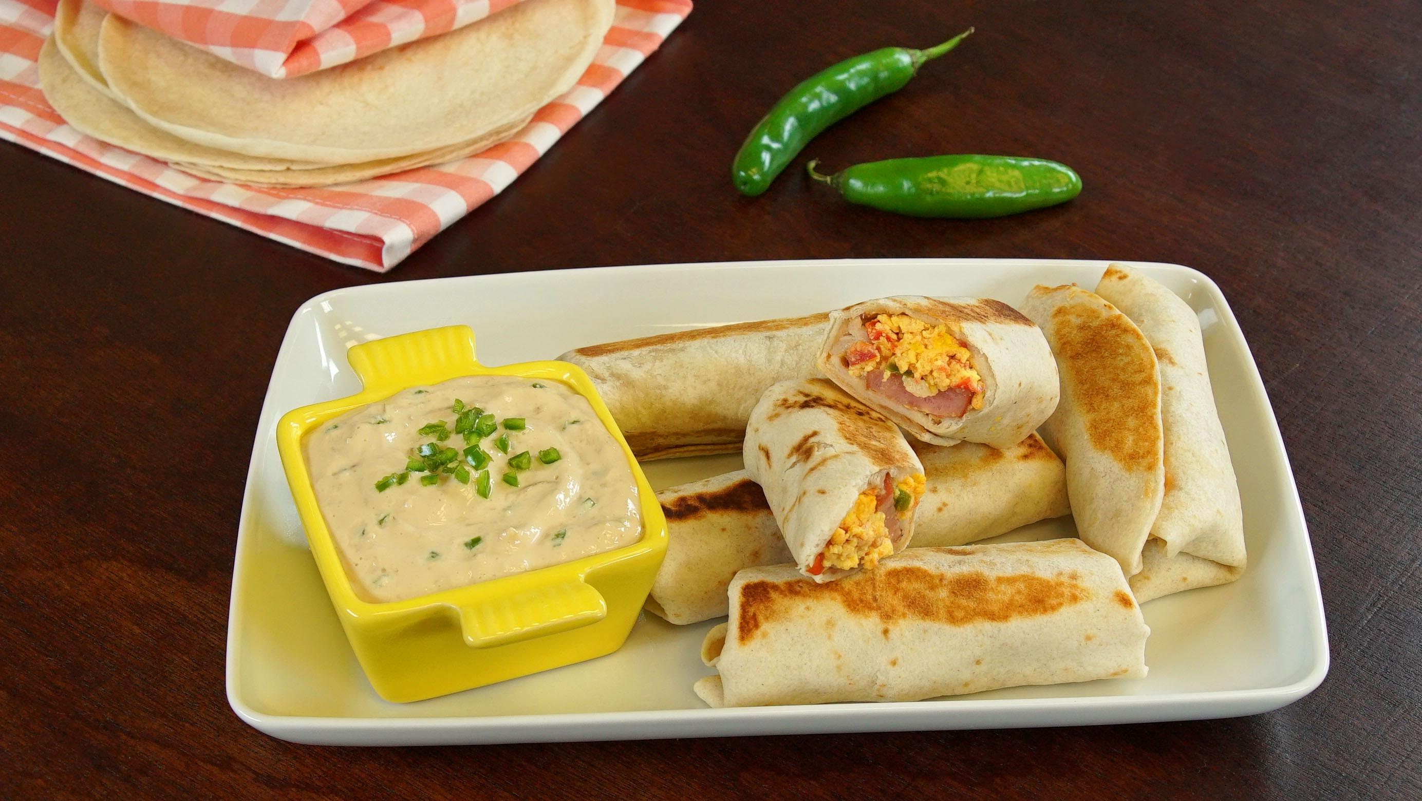 Burritos de huevo con dip de chiles toreados