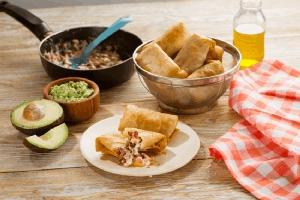 Burritos de frijol y salchichas ahumadas