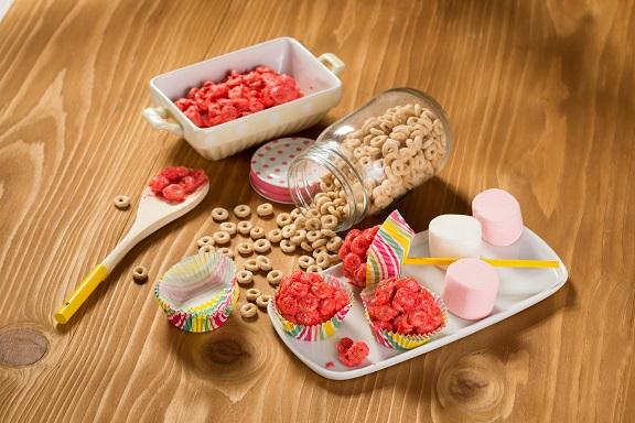 Cheerioletas (Paletas de cheerios y bombón)