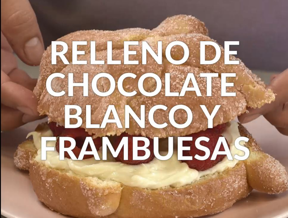 Pan de muerto relleno de chocolate blanco y frambuesas