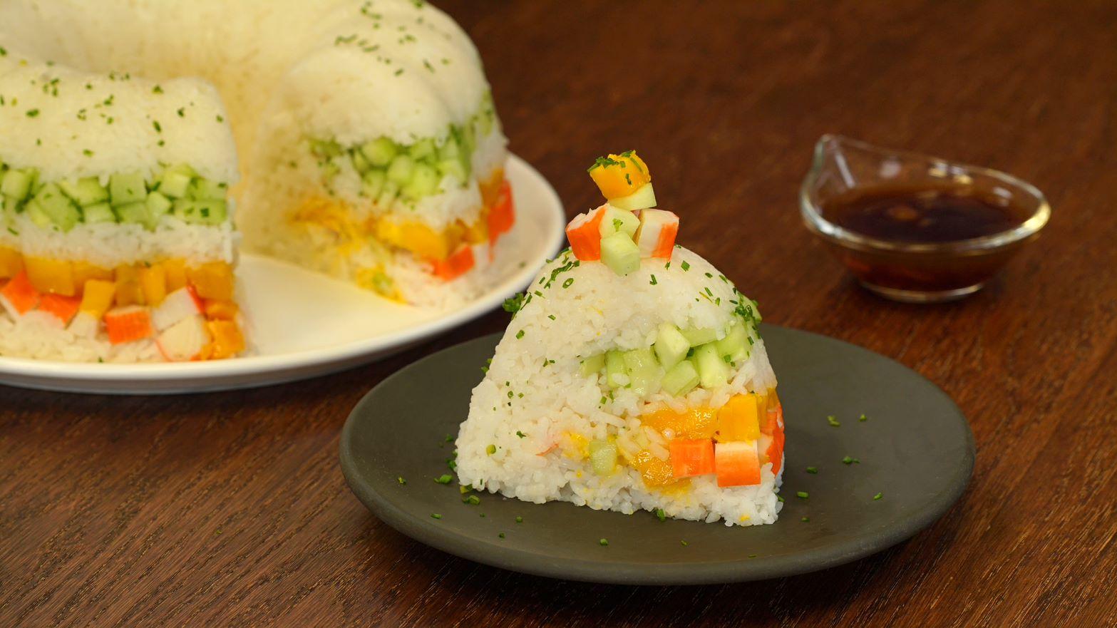 Rosca de sushi con salsa de piña