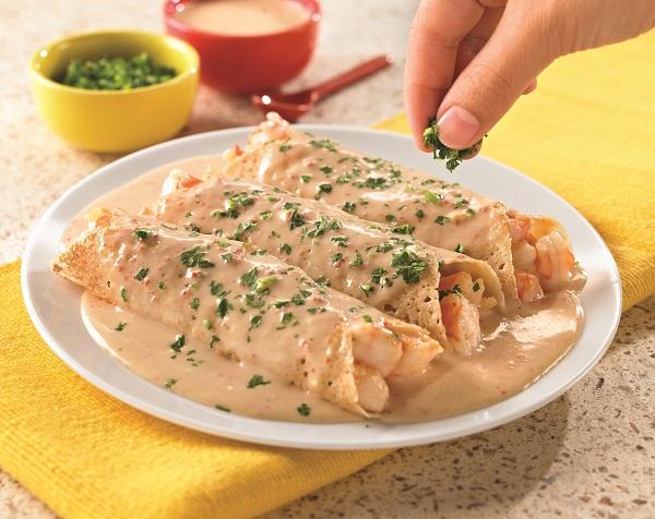 Crepas de camarón en salsa de chipotle