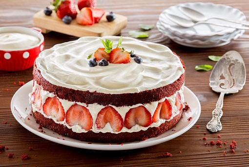 Pastel red velvet abierto con fresas