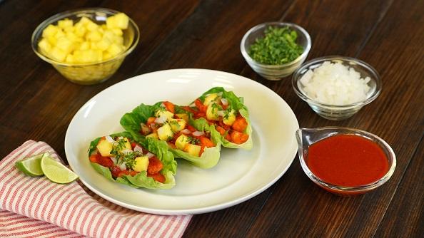 Tacos de lechuga con pescado al pastor