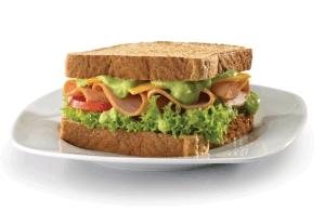 Sándwich con aderezo de aguacate