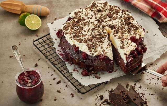 Piernik z wiśniową konfiturą czekoladową i bitą śmietaną