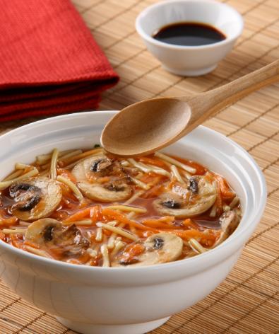 Sopa de fideo , zanahorias y champiñones