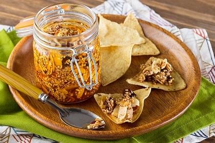 Salsa de ajonjolí almendra y hojuelas de chile