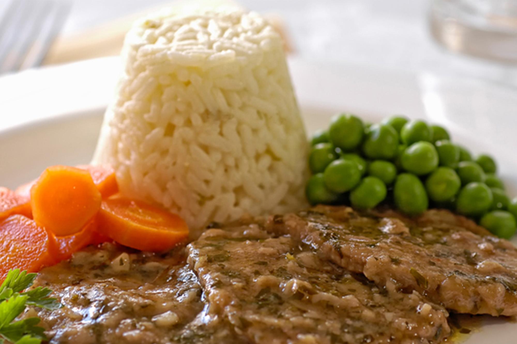 Escalopes al marsala con verduras y arroz
