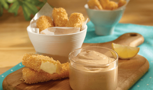 Dip de chipotle con deditos de queso