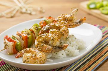 Brochetas de camarón con pimientos al ajo y cebolla