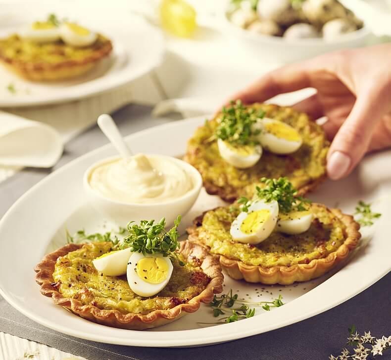 Jajka przepiórcze w babeczce z kruchego ciasta z farszem majonezowo-porowym