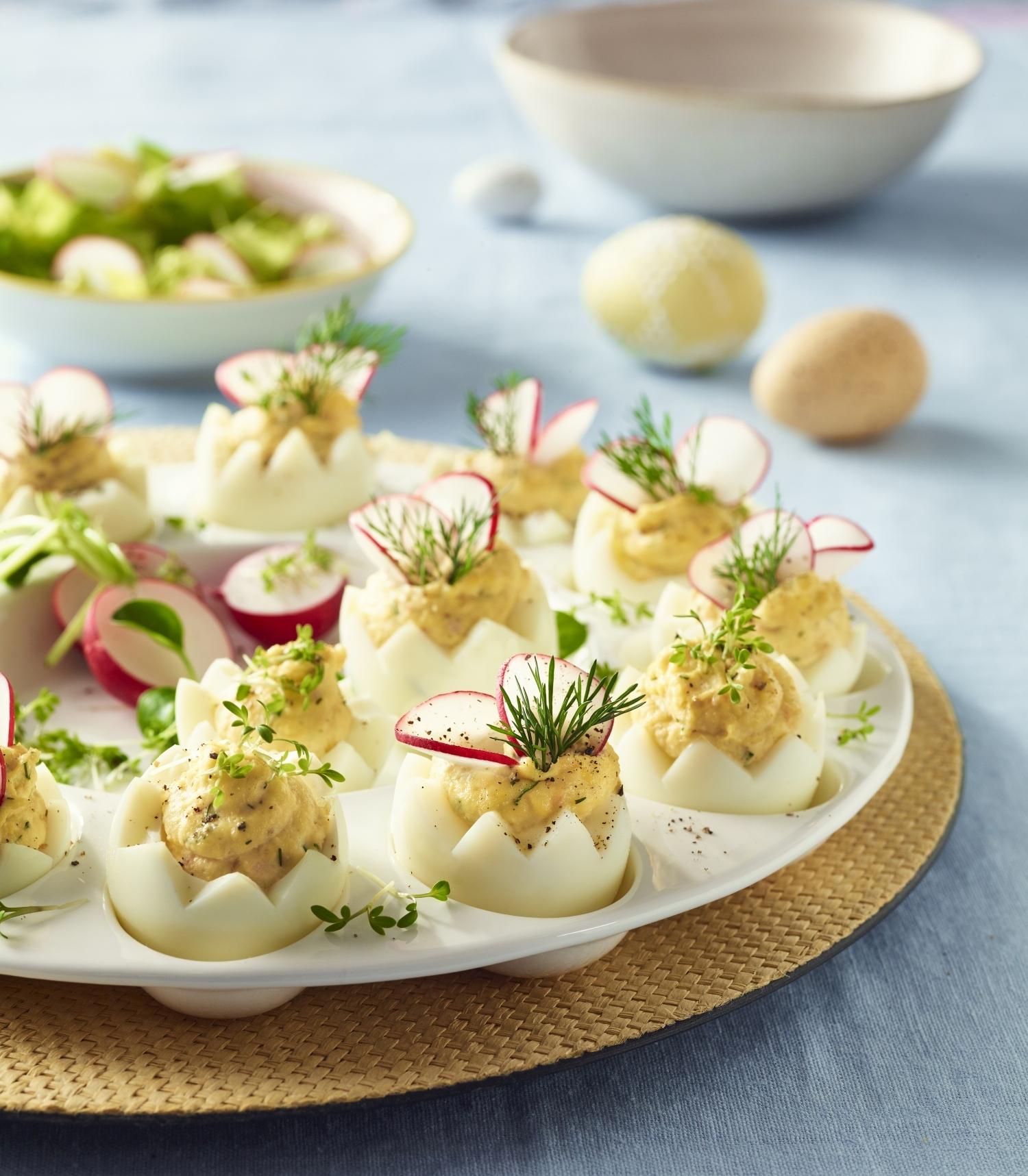 Jajka faszerowane pastą z łososia i rzodkiewkami