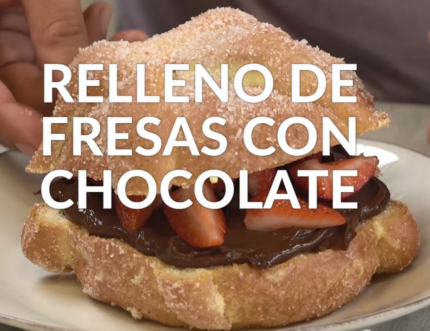 Pan de muerto relleno de fresas con chocolate