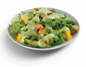 Ensalada de mango, aguacate y camarón con aderezo de cilantro