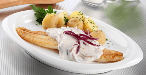 Filetes de pescado con cebolla morada