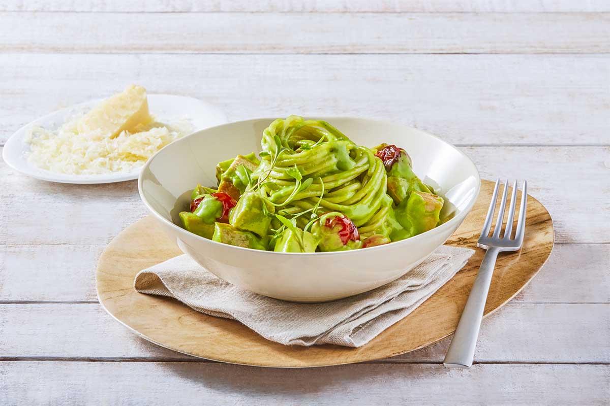 Espagueti en salsa de cilantro y aguacate