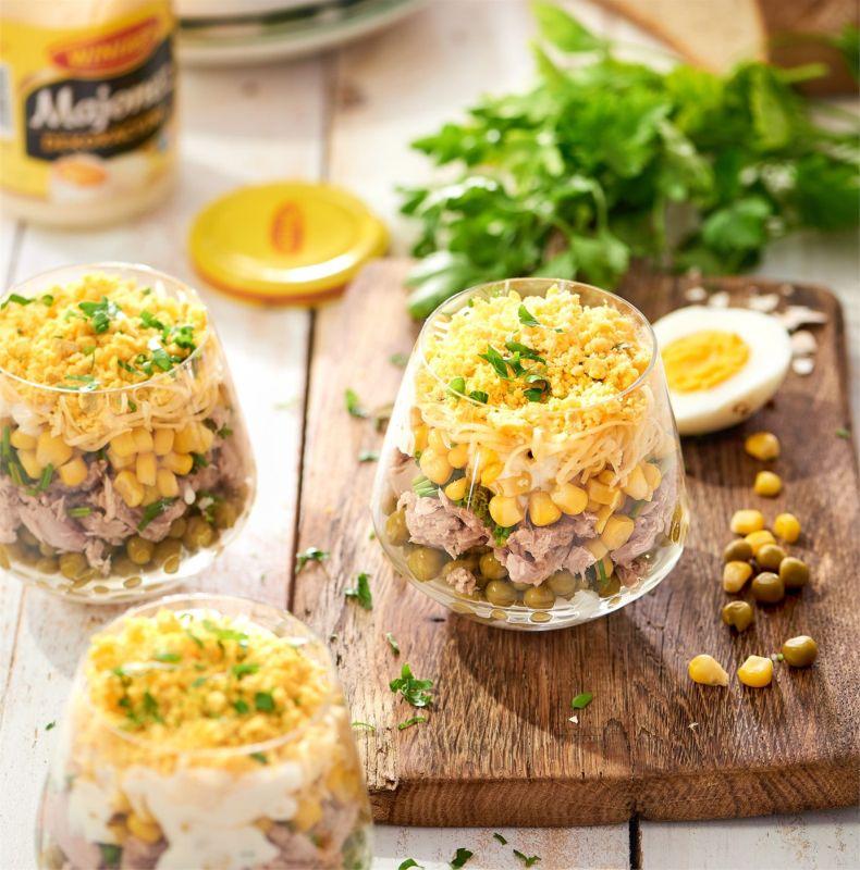 Sałatka warstwowa z tuńczykiem i kukurydzą