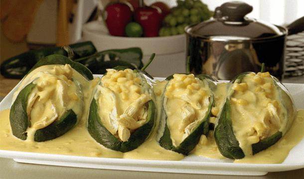 Chiles rellenos con salsa de elote