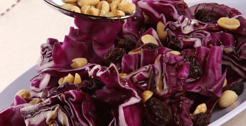 Ensalada de col morada con pasas y cacahuates