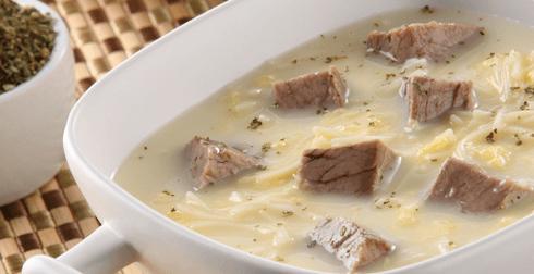 Sopa con carne y fideos