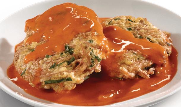 Tortas de espinacas en salsa de dos chiles