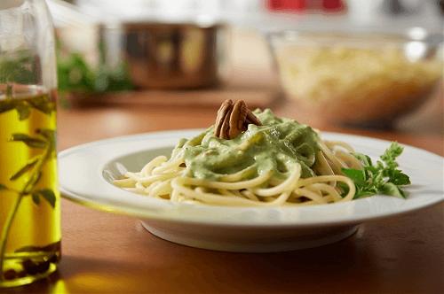 Spaguetti al pesto de albahaca y perejil