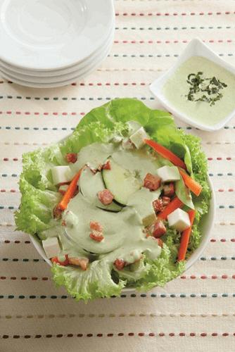 Ensalada con aderezo de yoghurt y cilantro