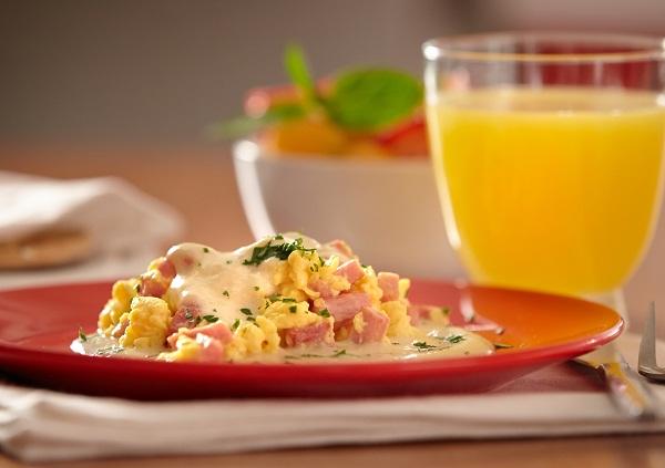 Huevo con jamón en salsa de dos quesos