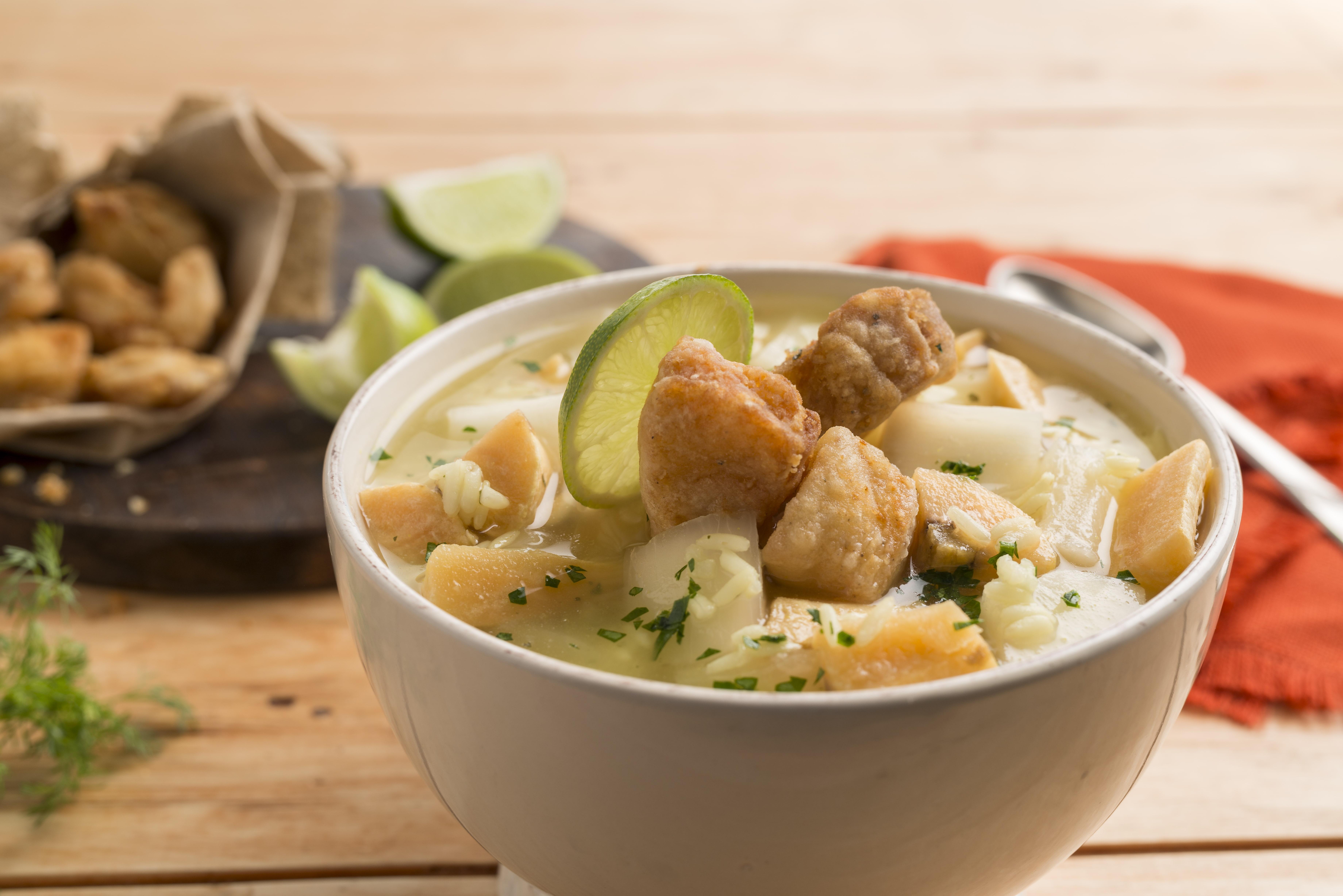 Sopa de pescado con arroz, yuca y verde